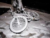 Bicyclette abandonnée dans la rue et couverte dans la neige blanche après une tempête d'hiver à Helsinki, Finlande photo libre de droits