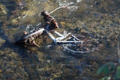 Bicyclette abandonnée en rivière photo stock