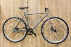 Bicyclette accrochée sur le mur photo stock