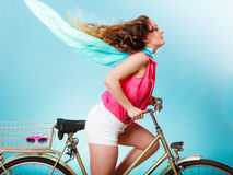 Bicyclette active de vélo d'équitation de femme Cheveux ébouriffés par le vent Photographie stock