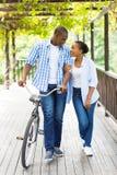 Bicyclette africaine de couples image libre de droits