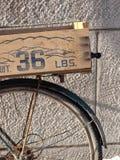 Bicyclette avec le transporteur Photos libres de droits