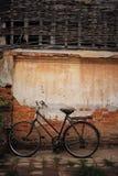 Bicyclette avec le vieux mur images libres de droits