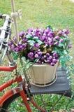 Bicyclette avec les fleurs artificielles photographie stock libre de droits