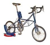 Bicyclette bleue d'isolement sur un fond blanc avec le chemin de coupure Images stock