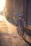Bicyclette bleue dans une rue latérale un jour ensoleillé Photos stock