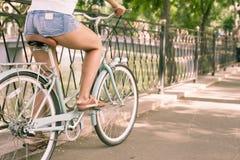 Bicyclette bleue de ville de vintage, concept pour l'activité et mode de vie sain Photographie stock