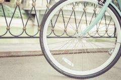 Bicyclette bleue de ville de vintage, concept pour l'activité et mode de vie sain Photo libre de droits