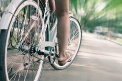 Bicyclette bleue de ville de vintage, concept pour l'activité et mode de vie sain Photos stock