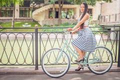 Bicyclette bleue de ville de vintage, concept pour l'activité et mode de vie sain Image stock
