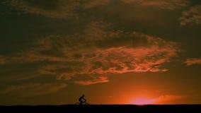 Bicyclette, coucher du soleil, horizon, désert, ciel, nuages, ciel banque de vidéos
