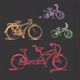 Bicyclette crayeuse esquissée réglée sur le tableau noir Photographie stock libre de droits