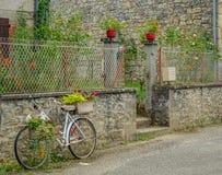 Bicyclette décorative avec des fleurs photos libres de droits
