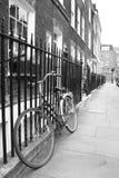 Bicyclette démodée dans une rue tranquille de Londres Photographie stock libre de droits