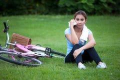 Bicyclette d'équitation de jeune femme dehors Style de vie sain photos stock