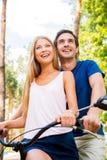 Bicyclette d'équitation ensemble Photographie stock