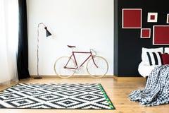 Bicyclette dans la chambre à coucher images libres de droits