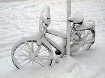 Bicyclette dans la neige Photographie stock libre de droits