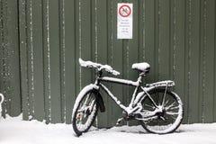 Bicyclette dans la neige photo libre de droits