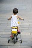 Bicyclette de conduite d'enfant photo libre de droits