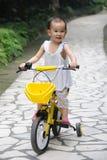 Bicyclette de conduite d'enfant Photo stock