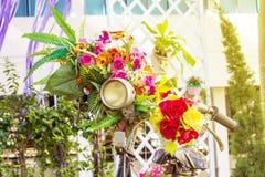 Bicyclette de cru avec des fleurs photo libre de droits