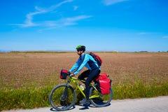 Bicyclette de cycliste de MTB voyageant avec des supports de sacoche Images libres de droits
