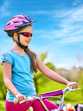 Bicyclette de déplacement d'enfant en parc d'été Photographie stock