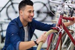 Bicyclette de fixation de technicien dans l'atelier de réparations Photographie stock libre de droits