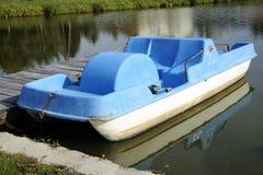 Bicyclette de l'eau bleue verrouillée à la marina de lac Images libres de droits