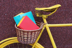 Bicyclette de livre jaune Photo stock