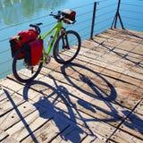 Bicyclette de MTB voyageant le vélo en parc avec la sacoche Images libres de droits