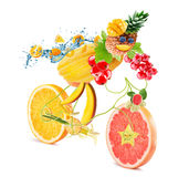 Bicyclette de nourriture avec le cycliste avec des fruits sur le fond blanc Images libres de droits