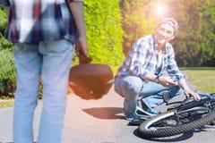 Bicyclette de observation de fixation de père de fils en parc Image libre de droits