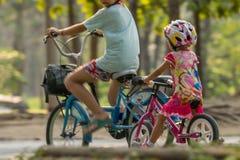 Bicyclette de recyclage d'enfant en parc pour l'exercice Images stock