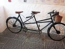 Bicyclette de Tandom au vieux village irlandais de famine Photo stock