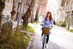 Bicyclette de tour de fille images stock
