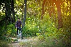 Bicyclette de touristes d'équitation Photo stock