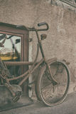 Bicyclette de vintage contre le mur Photographie stock