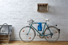 Bicyclette de vintage dans le studio de whitebrick Photos stock