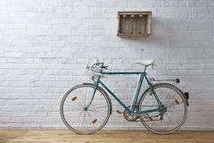 Bicyclette de vintage dans le studio de whitebrick Images stock