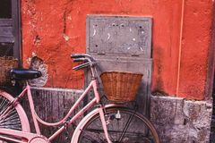 Bicyclette de vintage sur la rue à Rome photo stock