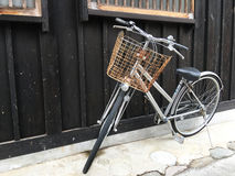 Bicyclette de vintage sur le mur en bois de maison de vintage Images stock