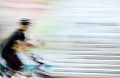 Bicyclette de vitesse dans la tache floue de mouvement Photos stock