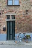 Bicyclette devant une vieille maison photographie stock libre de droits