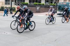 Bicyclette emballant dans des rues de Charlotte North Carolina dans le trafic photos stock