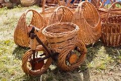 Bicyclette en osier sur l'herbe Paniers, beaux Image libre de droits