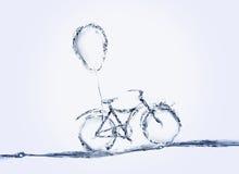 Bicyclette et ballon de l'eau Images stock