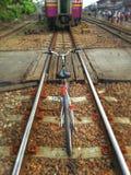 Bicyclette et chemin de fer plus des effets images stock