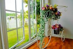 Bicyclette et fleurs Images stock